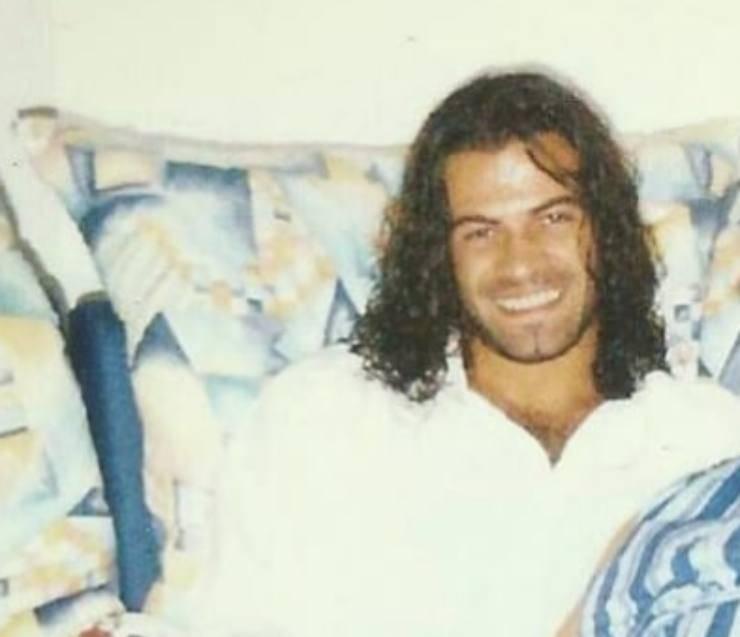 Gianni Sperti, spunta una foto alquanto particolare: eccolo con lunghi capelli ricci, è proprio lui