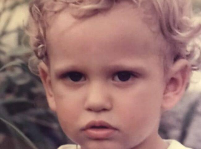 In questa foto era solo un dolcissimo bambino, oggi rappresenta il protagonista di un'amatissima serie tv