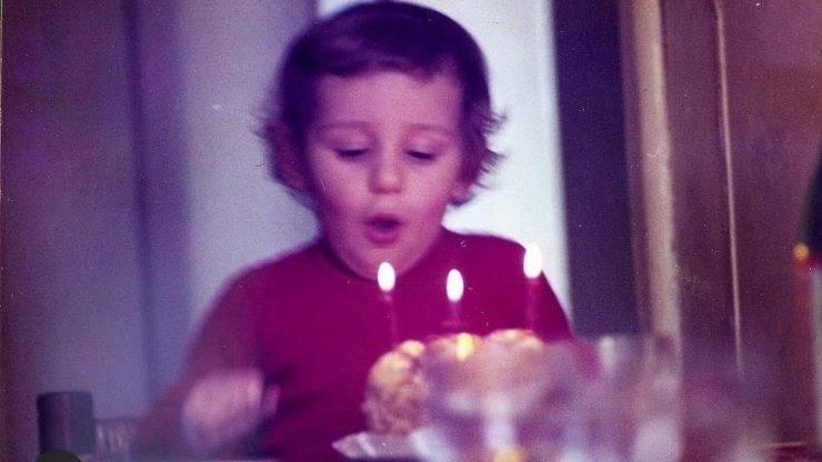 In questa foto era solo un bambino, adesso è un attore fantastico, e dall'elegante fascino: è proprio lui