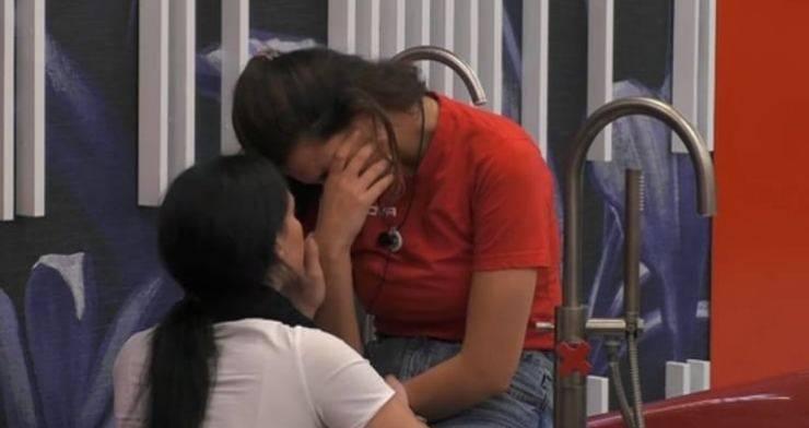 """GF Vip, Dayane crolla esasperata, dopo il confronto con Tommaso ha avuto un lungo sfogo con Rosalinda: """"Mi sta buttando m***"""""""
