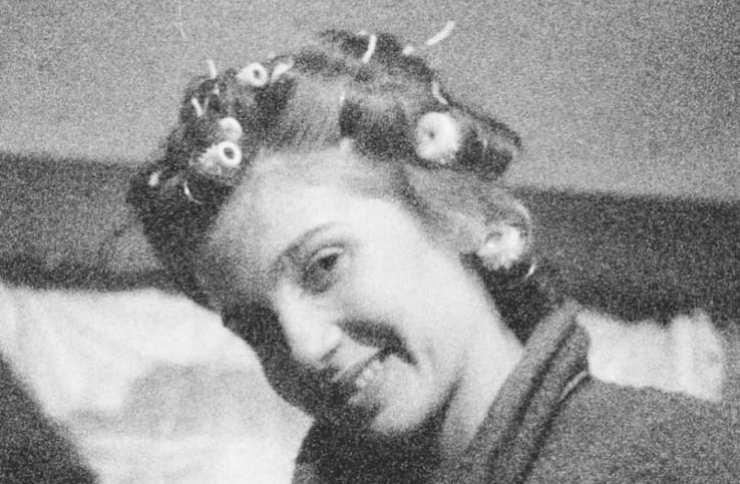 La riconoscete? E' attualmente l'amatissima insegnante di Amici, fotografata in una foto del passato: è meravigliosa!
