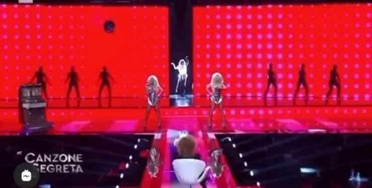 Durante la puntata dello show Canzone segreta uno stranissimo imprevisto ha colpito il pubblico: c'entra Alba Parietti