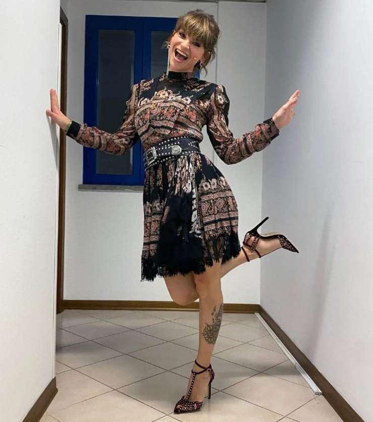Alessandra Amoroso a C'è posta per te incanta i telespettatori con il suo meraviglioso look: il prezzo vi lascerà senza parole