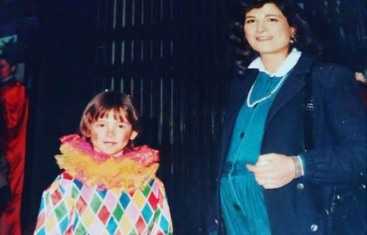 Riuscite a riconoscere chi è la bambina vestita da Arlecchino in questa foto? Oggi è sicuramente una conduttrice molto amata ed apprezzata