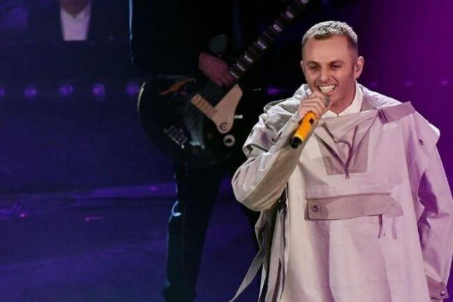 Ghemon, lo ricordate al Festival di Sanremo 2019? Adesso ha cambiato totalmente look (fonte raiplay)