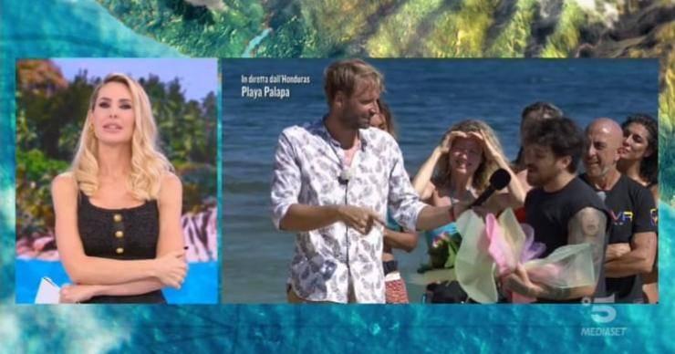 Una nuova puntata de L'isola dei famosi è iniziata, e a sorpresa, è arrivato Andrea Cerioli: ma a colpire è stato il gesto in diretta, ha stupito tutti