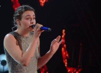 Sanremo 2021, Madame conquista l'Ariston con un look scintillante, ma il dettaglio non è passato inosservato: perchè sale sul palco scalza, l'ha raccontato l'artista (fonte screenshot raiplay)