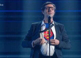 Max Gazzè cade improvvisamente durante l'esibizione al Festival di Sanremo 2021: il video del volo alla superman, tra le poltrone, è già virale!