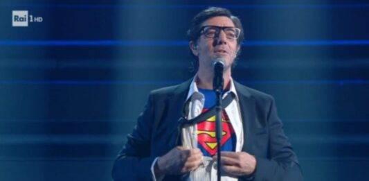 Max Gazzè cade durante l'esibizione a Sanremo 2021: il video del volo alla superman è già virale