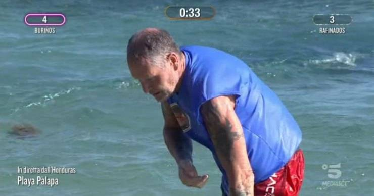 Isola dei famosi, piccolo 'incidente' per Paul Gascoigne durante la prova: è accaduto in diretta