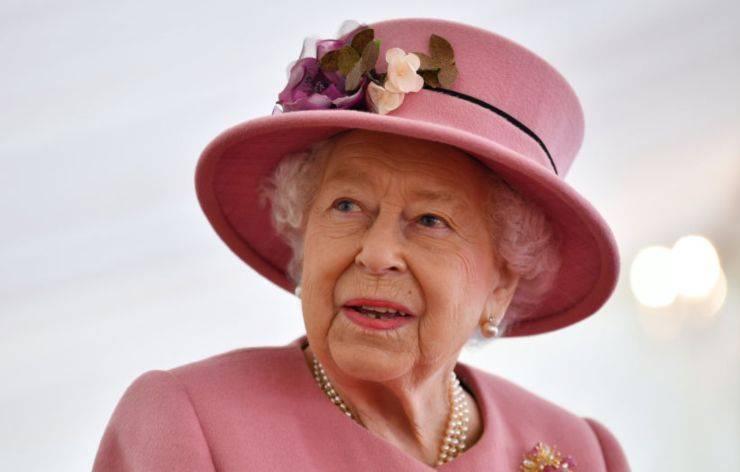 Regina Elisabetta gesto