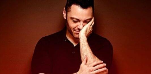 """Tiziano Ferro, la malattia non va via: """"È tremendo"""", triste confessione"""