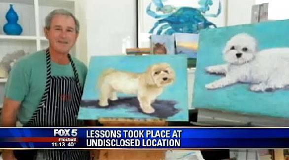 uomo mentre dipinge quadri con soggetto cani