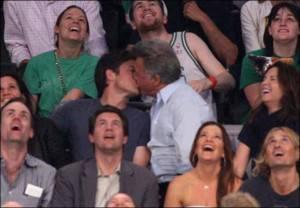 Jason Bateman 1057937a 300x208 Dustin Hoffmann bacia un uomo