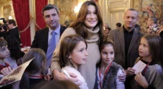 carlabruninataleeliseo Carla Bruni: buon natale ai bambini francesi, ma senza Giulia Sarkozy   Foto