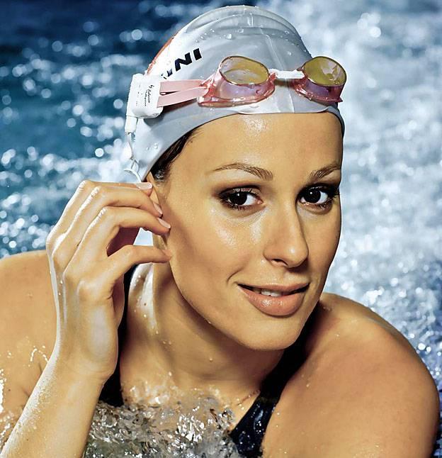 donna primopiano con cuffia nuoto e occhialetti