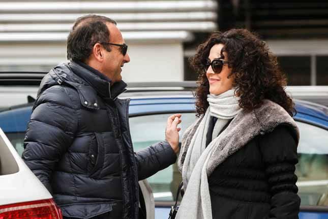 Carlo Conti e Francesca Vaccaro con la culla escono dalla clinica