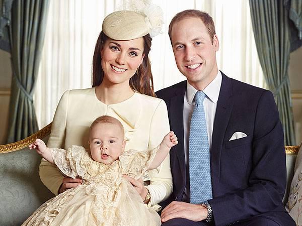 principessa kate tiene sulle gambe il piccolo principe george, william seduto accanto